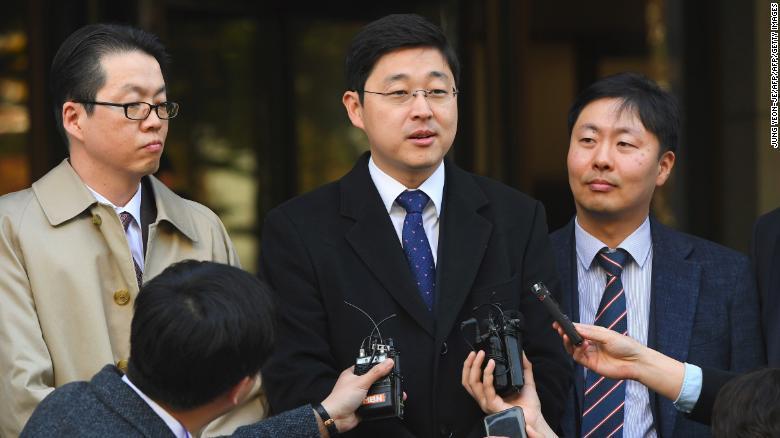 О Сын Хун, свидетель Иеговы, отвечает на вопросы журналистов после решения суда об отмене приговора