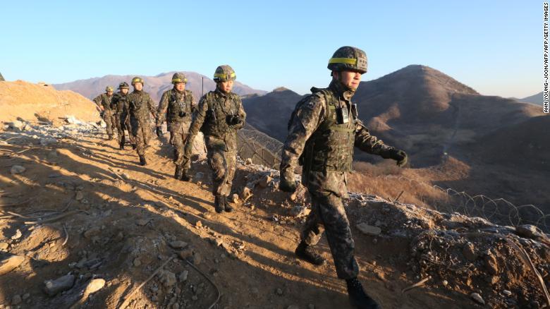 Южнокорейские военнослужащие направляются на север, чтобы осмотреть демонтированный караульный пост Северной Кореи в центральном секторе межкорейской границы. Чхорвон, Южная Корея, 12 декабря 2018 г.